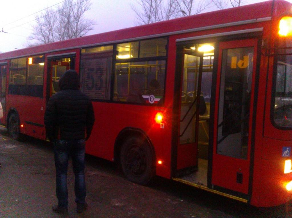 Казанский городской красный автобус